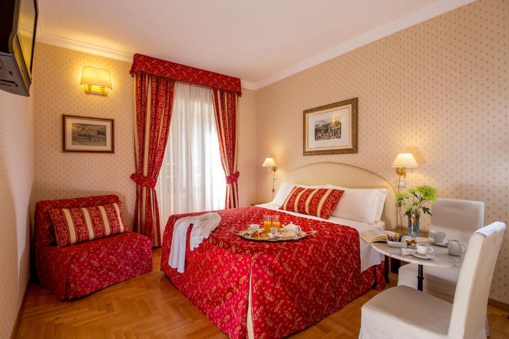Кровать или кровати в номере Boncompagni Suite