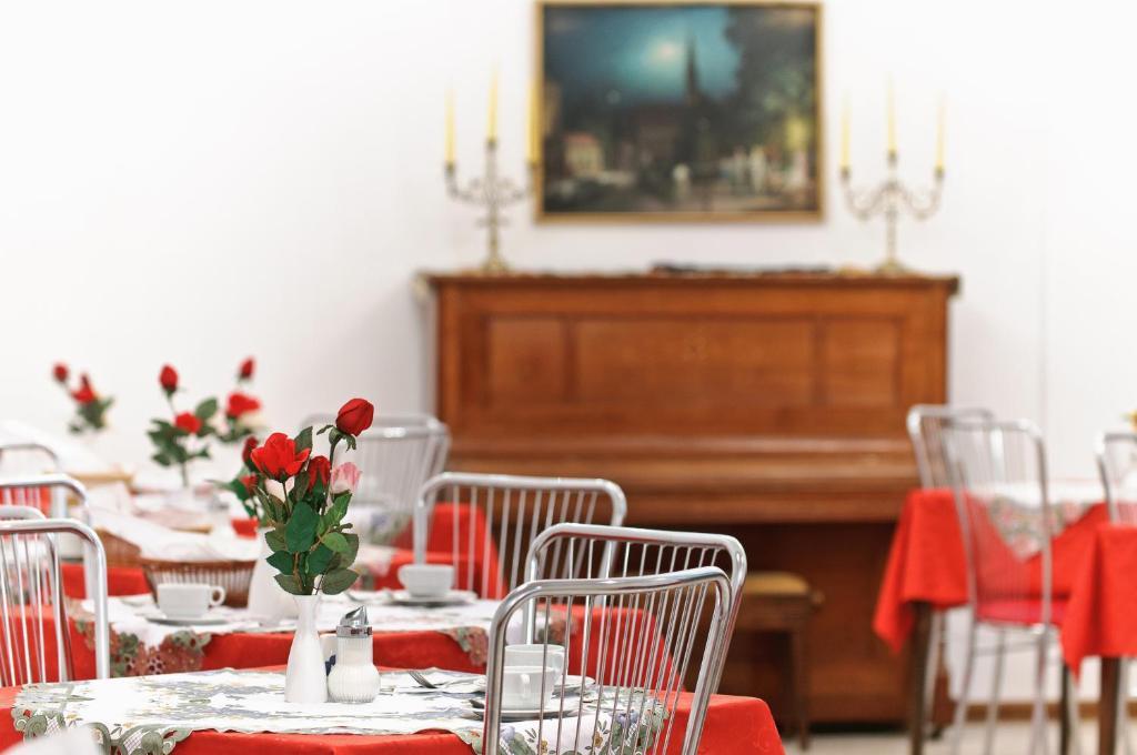 A restaurant or other place to eat at Hotel Viktoria Schönbrunn