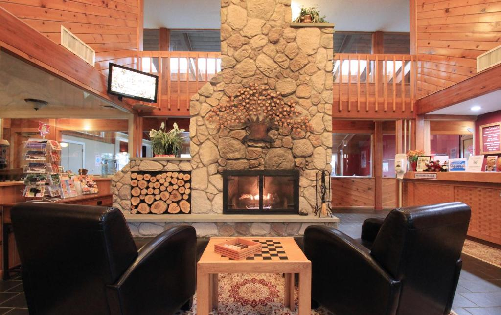 The lobby or reception area at Fireside Inn & Suites Gilford