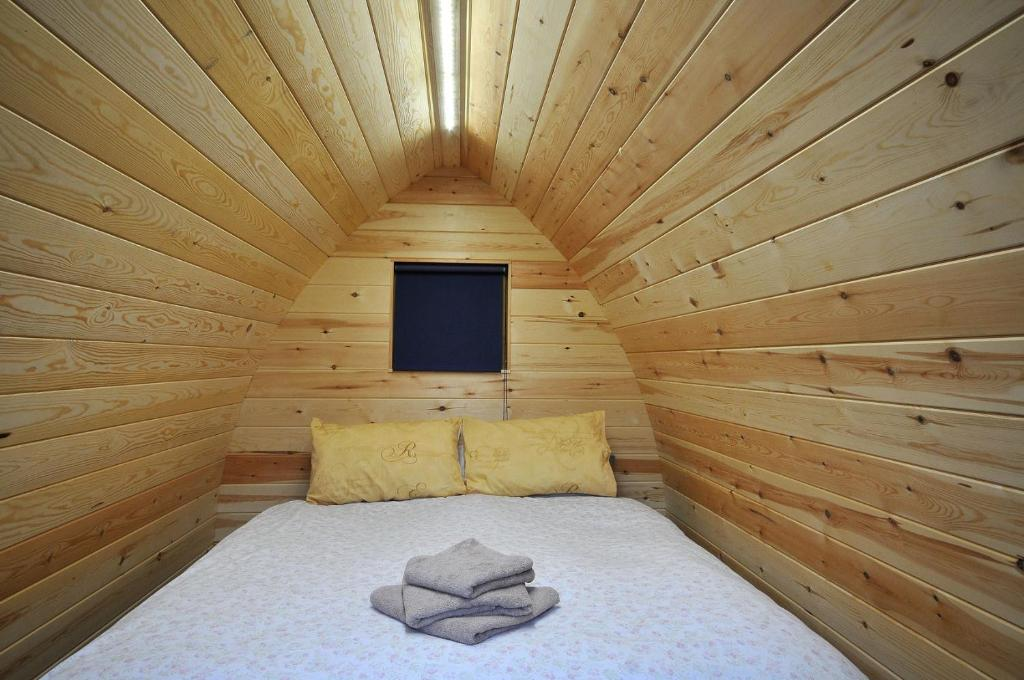 A bed or beds in a room at Wolds Glamping