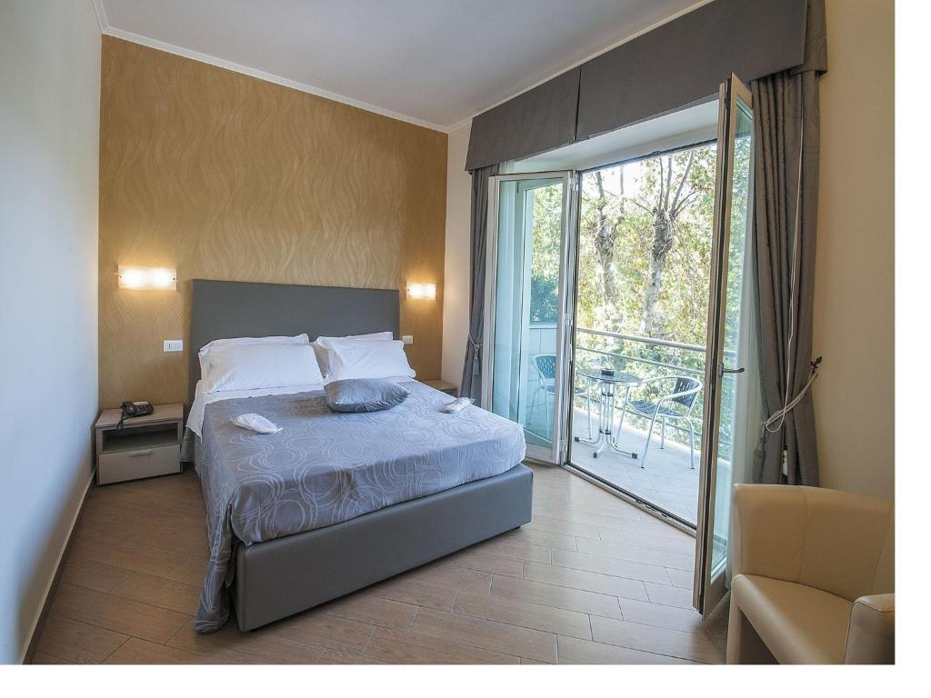 A bed or beds in a room at Porto Di Claudio