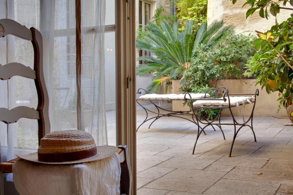 A seating area at Autour Du Petit Paradis
