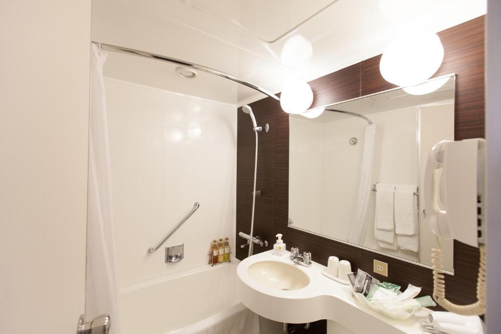 A bathroom at Hotel New Otani Takaoka