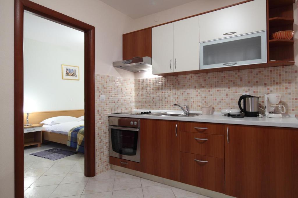 Kuchyň nebo kuchyňský kout v ubytování Apartments Ivana