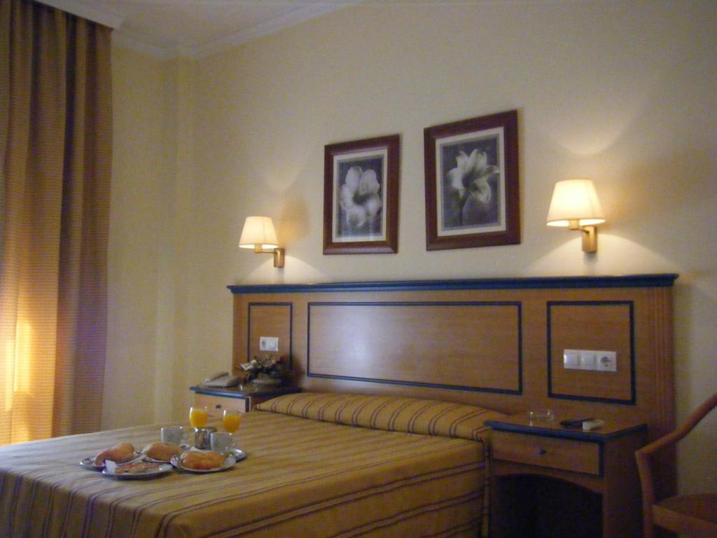 A bed or beds in a room at Hotel Mirador