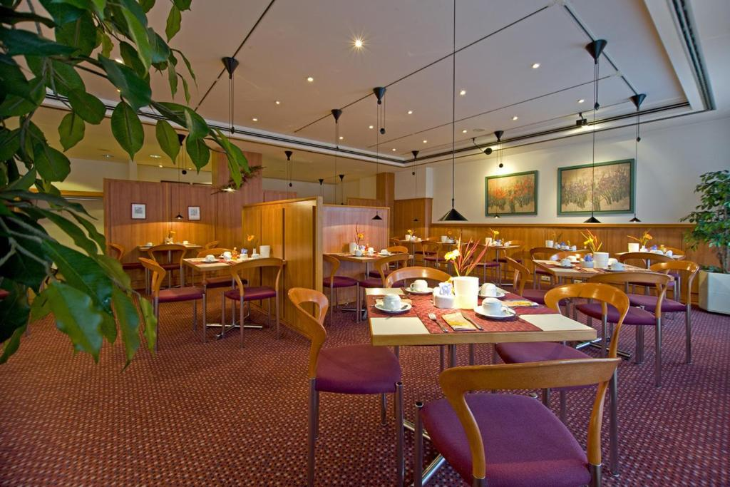 A restaurant or other place to eat at Leine-Hotel