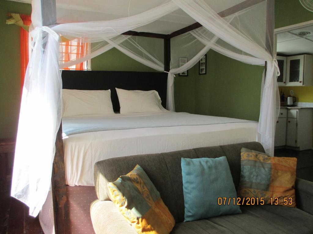 A bed or beds in a room at Kingsworth Bed and Breakfast