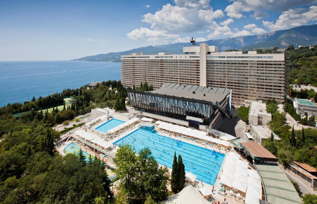 Вид на бассейн в Отель Ялта Интурист или окрестностях