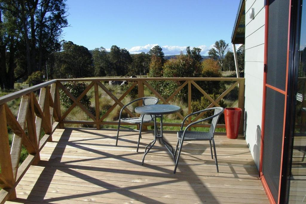 A balcony or terrace at Highland Cabins and Cottages at Bronte Park