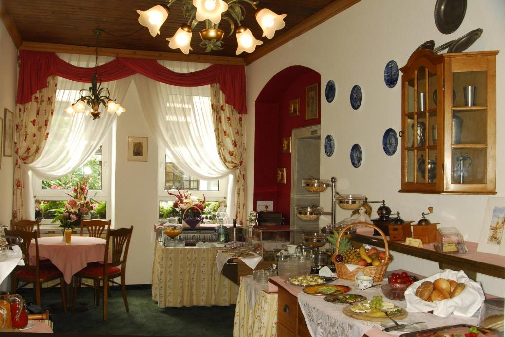 A restaurant or other place to eat at Hotel Am Josephsplatz