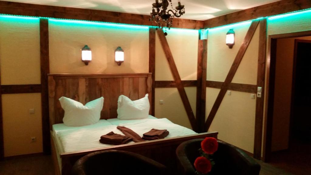 Ein Bett oder Betten in einem Zimmer der Unterkunft Pension Zum Holzpantoffelmacher