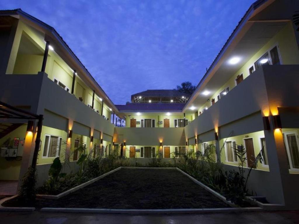 Eine Fassade oder ein Eingang zu New Wave 1 Guesthouse