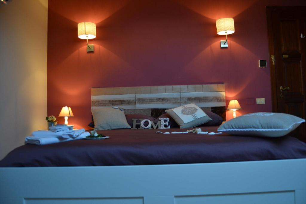 A bed or beds in a room at Un Tetto Di Stelle Deluxe Home