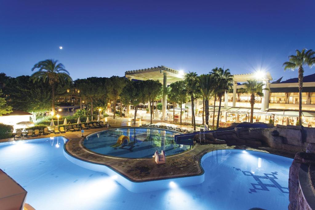Uitzicht op het zwembad bij Alva Donna World Palace Hotel of in de buurt