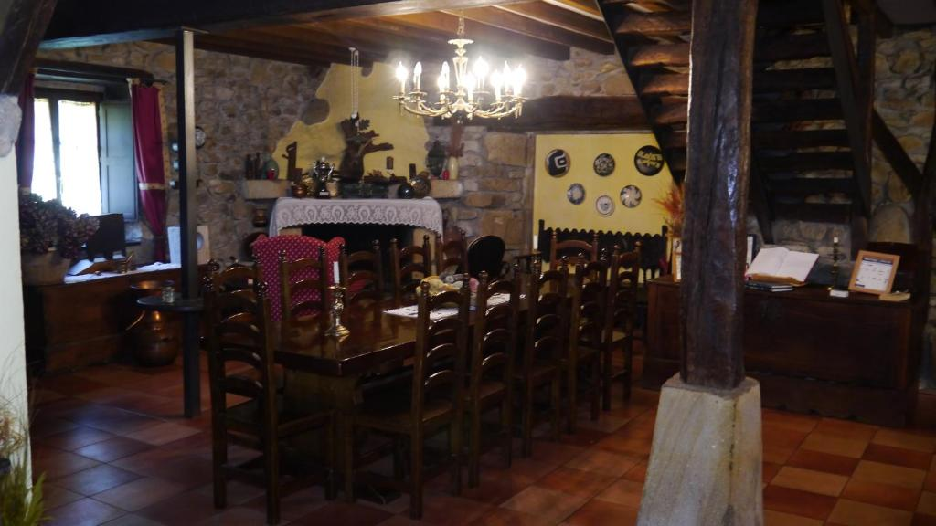A restaurant or other place to eat at Casa Rural Garro