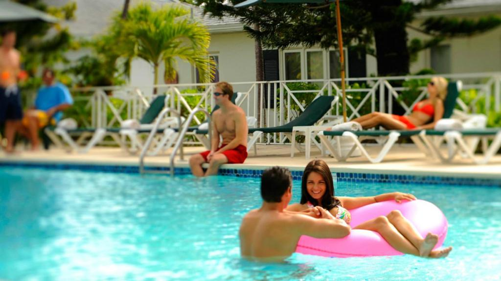 The swimming pool at or close to Bay View Suites Paradise Island