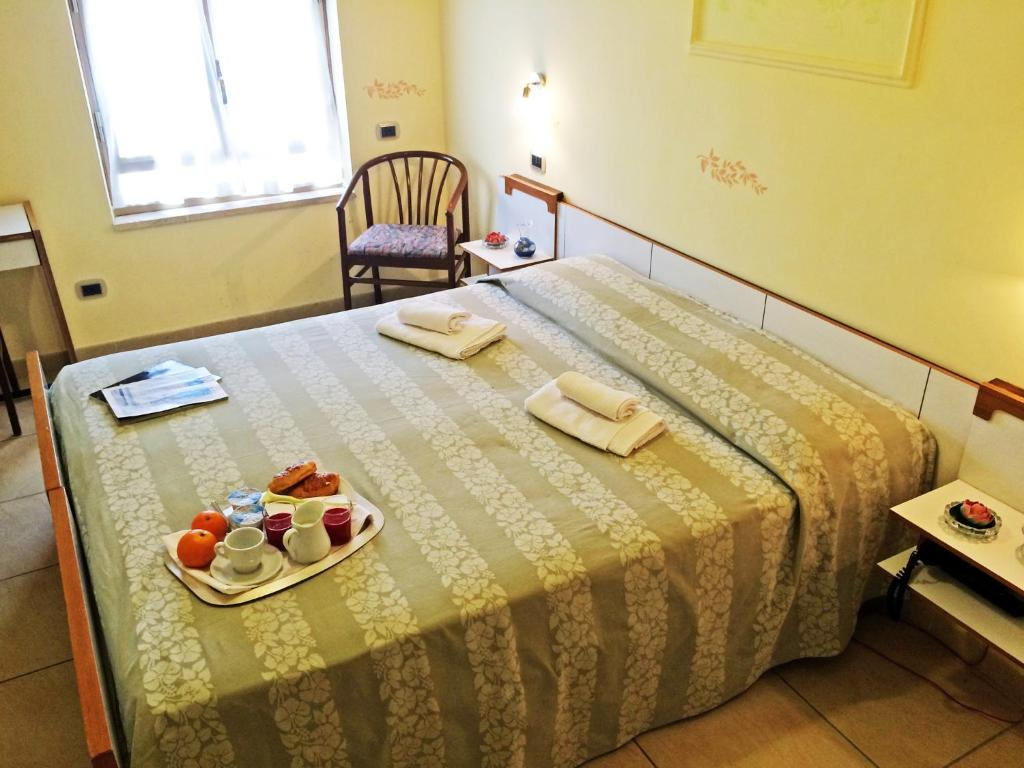 A bed or beds in a room at Hotel Villa Laura