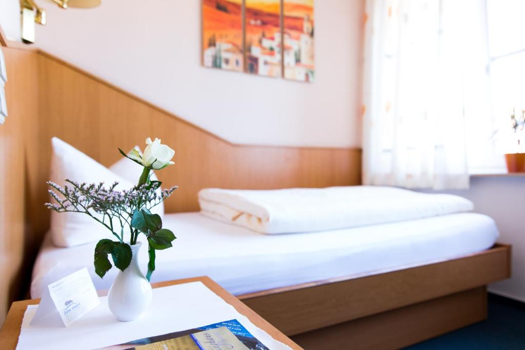 A bed or beds in a room at Stadthotel im Kolpinghaus