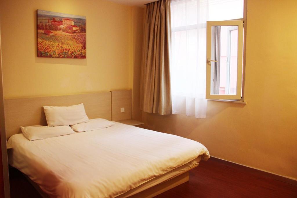 Кровать или кровати в номере Hanting Express Yantai North Road