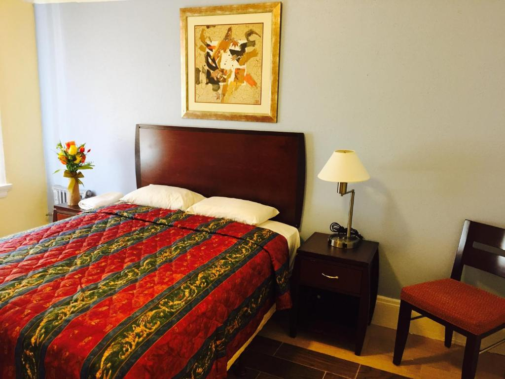 A bed or beds in a room at Aldrich Hotel