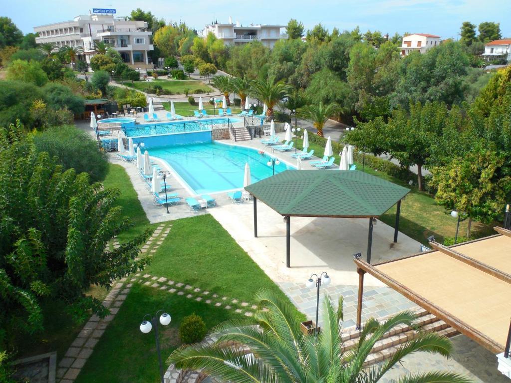Вид на бассейн в Almira Mare или окрестностях