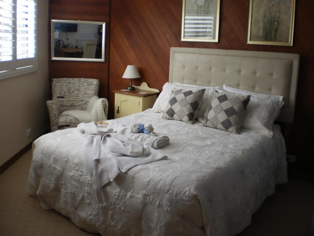 A bed or beds in a room at Rooftops Bed and Breakfast