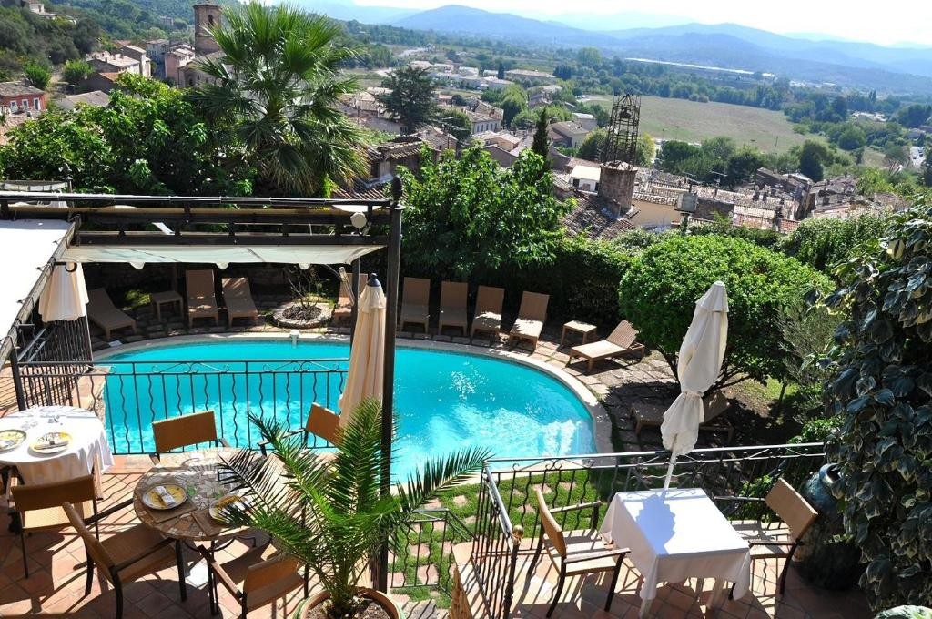 A view of the pool at Le Logis Du Guetteur or nearby