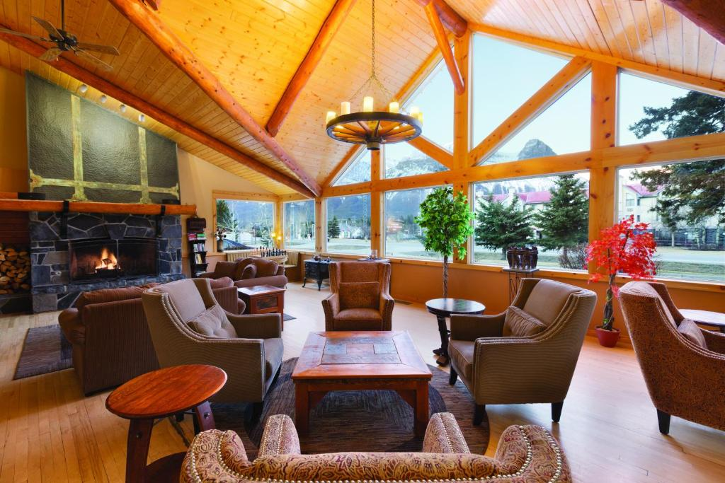 A restaurant or other place to eat at Canmore Rocky Mountain Inn