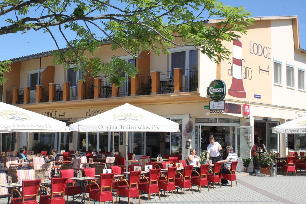 Ein Restaurant oder anderes Speiselokal in der Unterkunft Hotel Al Faro Lodge am See