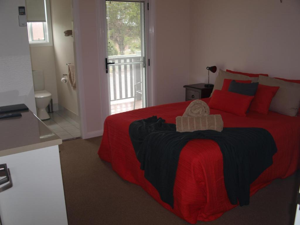 A bed or beds in a room at King Street Motel