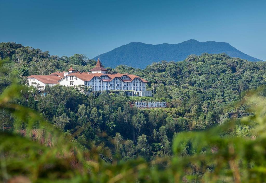 Uma vista aérea de Monthez Hotel & Eventos