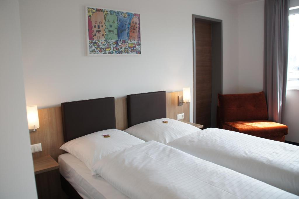 A bed or beds in a room at Euro Hotel Friedberg