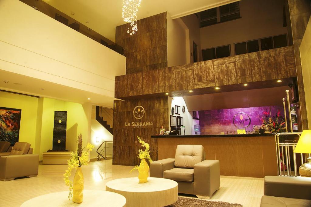 El vestíbulo o zona de recepción de Hotel La Serrania Bucaramanga