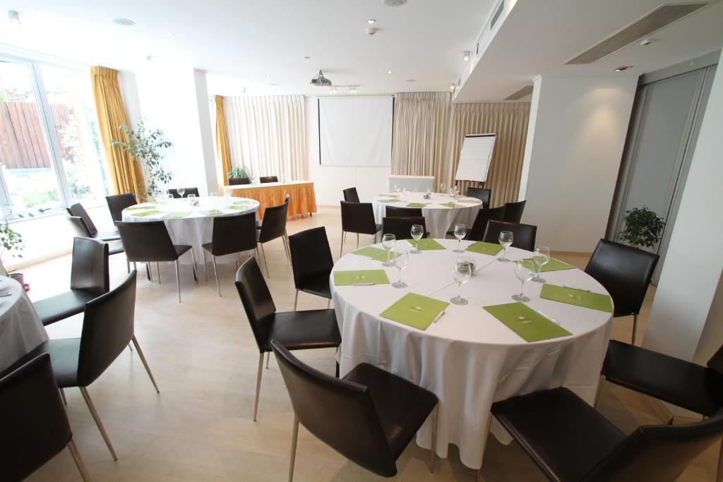 Un restaurante o sitio para comer en Regency Golf - Hotel Urbano