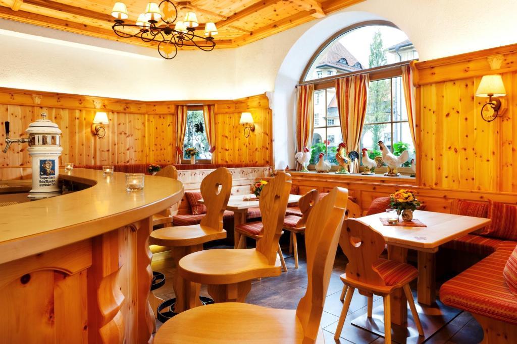Ein Restaurant oder anderes Speiselokal in der Unterkunft Hotel Hahn