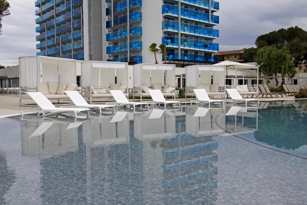 Poolen vid eller i närheten av Tonga Tower Design Hotel & Suites