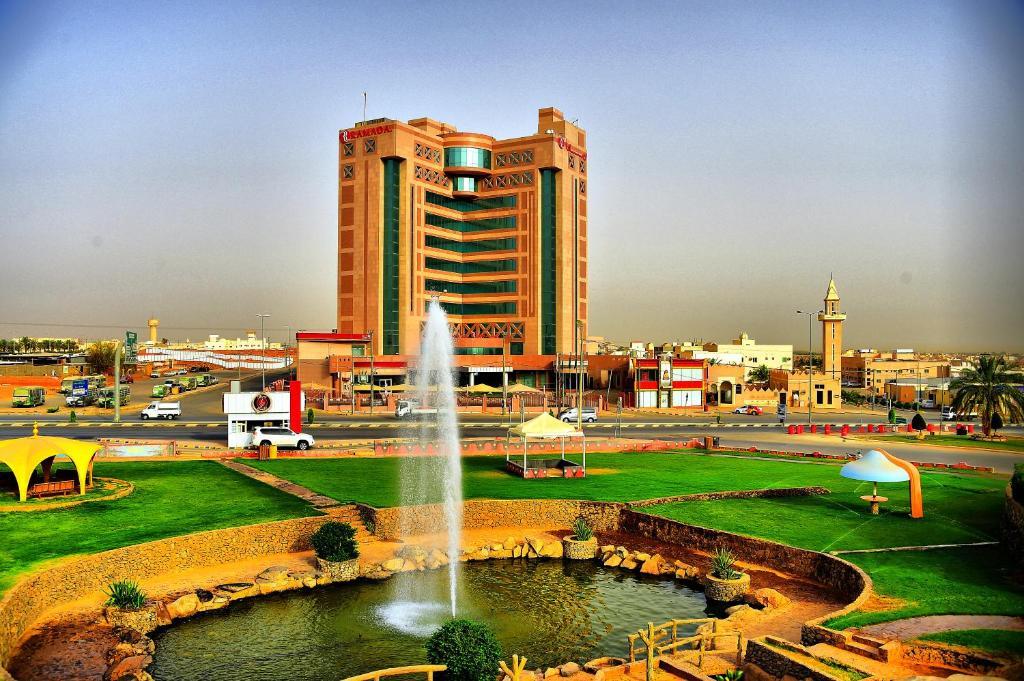 A piscina localizada em Ramada Al Qassim Hotel & Suites, Bukayriah ou nos arredores