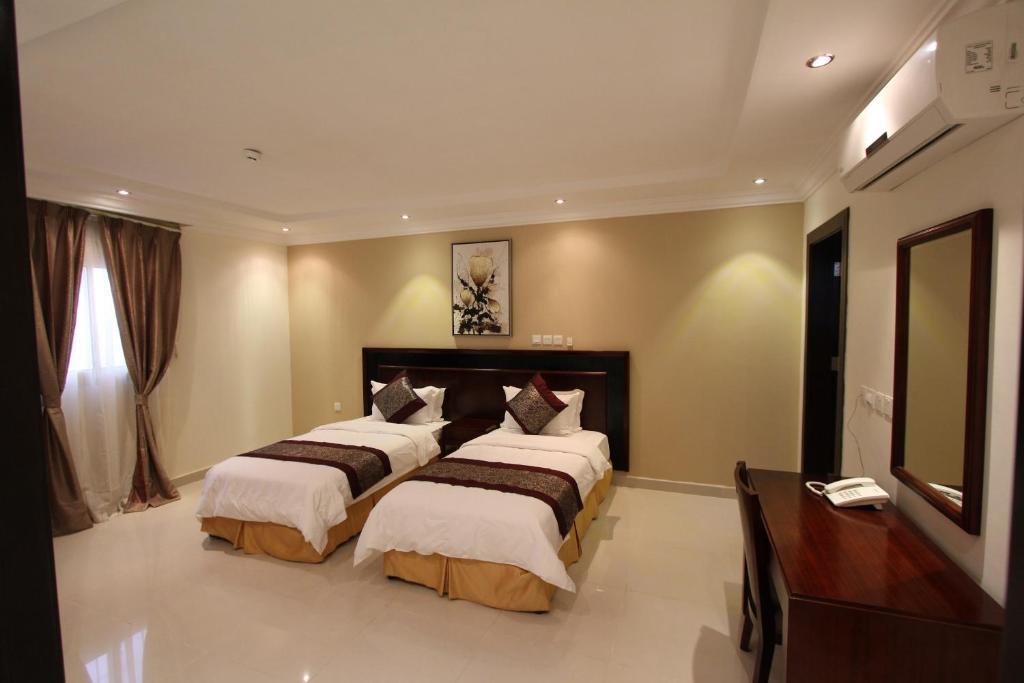 Cama ou camas em um quarto em Taleen AlAqiq hotel apartments