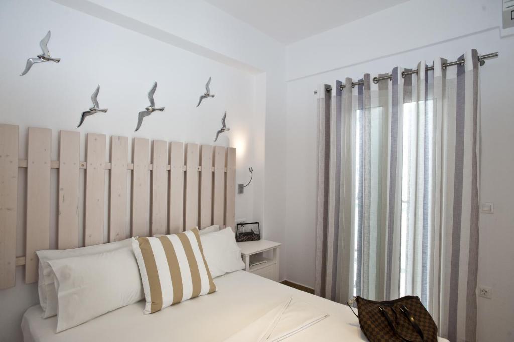 Ein Bett oder Betten in einem Zimmer der Unterkunft Yanna Luxury Suites (Asteri Suites)