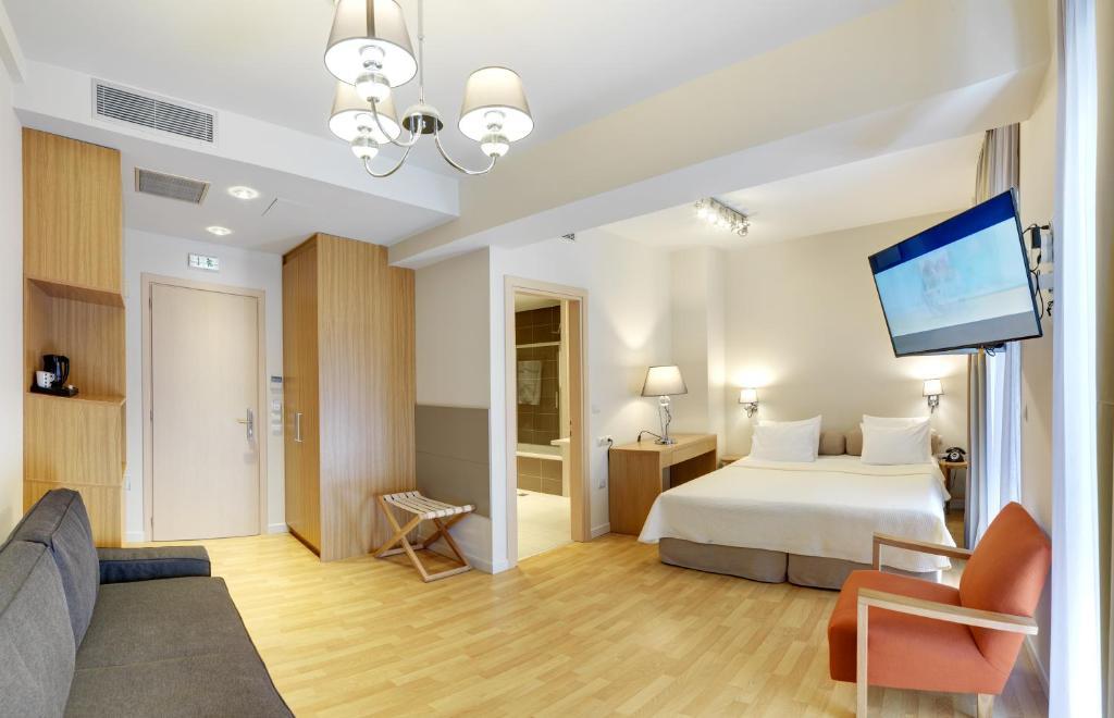 Télévision ou salle de divertissement dans l'établissement Phidias Piraeus Hotel