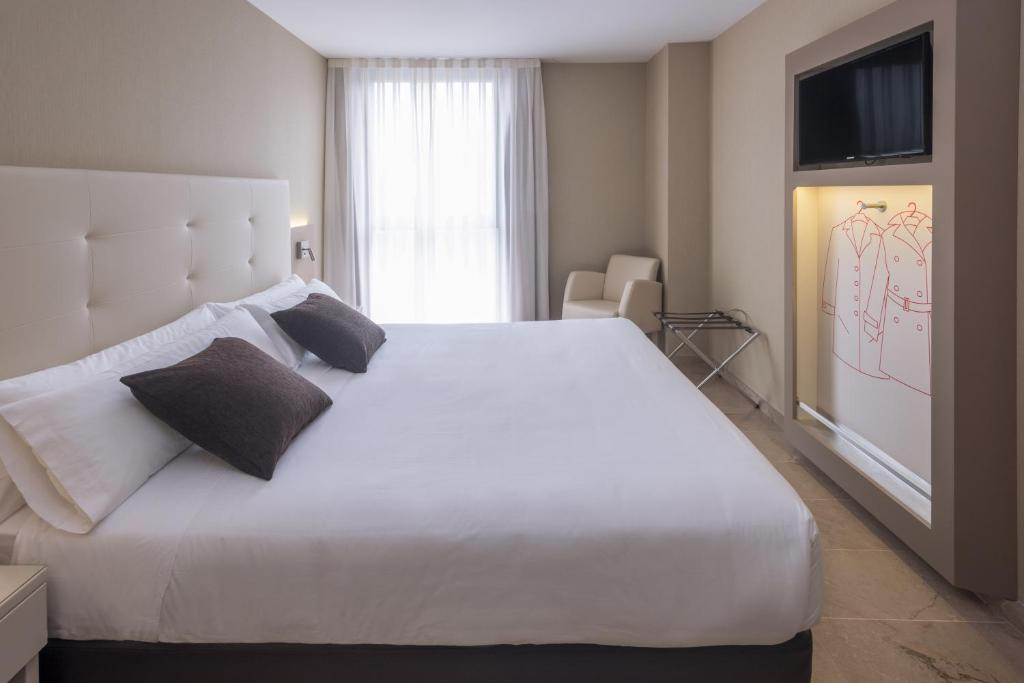 A bed or beds in a room at Hotel Serhs del Port