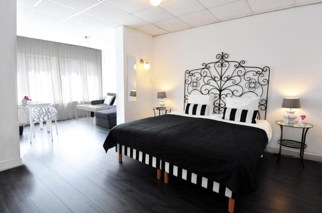 A bed or beds in a room at Hotel Zeespiegel