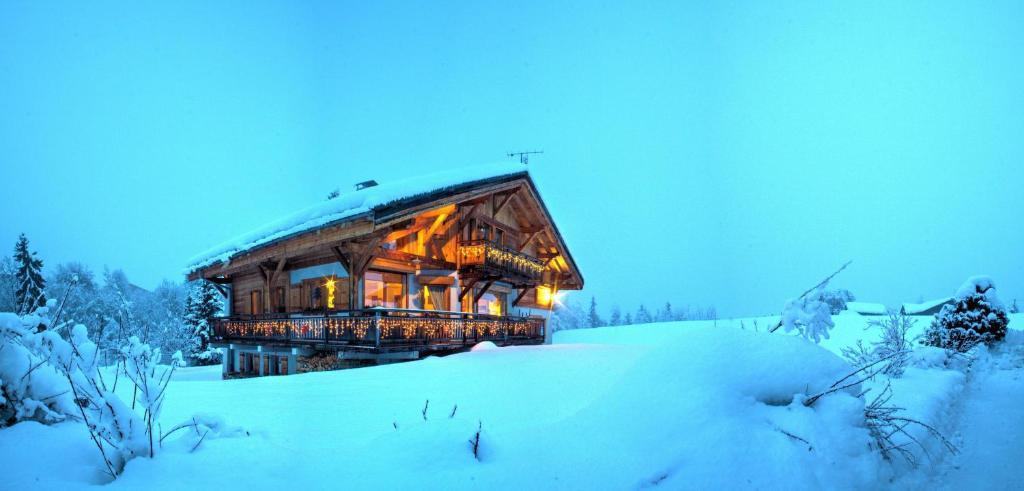 "Lou Stalet au Pays du Mont Blanc ""Charmance"" during the winter"