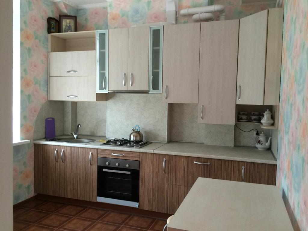 Кухня или мини-кухня в Apartment On Lenina