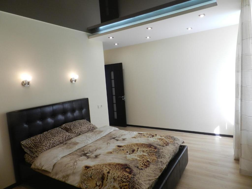 Кровать или кровати в номере Apartment on prospekt Mira