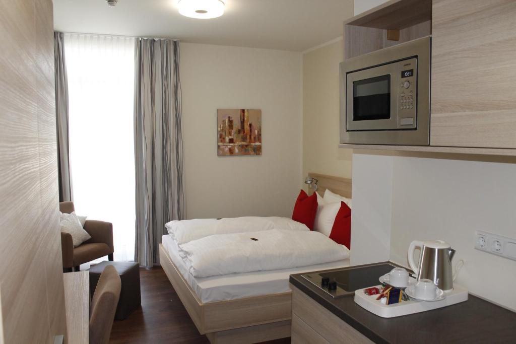 Een bed of bedden in een kamer bij Prime 20 Serviced Apartments