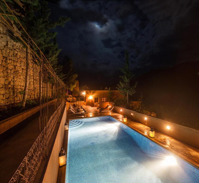 Vue sur la piscine de l'établissement Auberge Chez Pierre ou sur une piscine à proximité