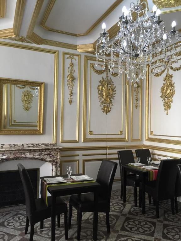 A restaurant or other place to eat at Hôtel-Résidence Andemar