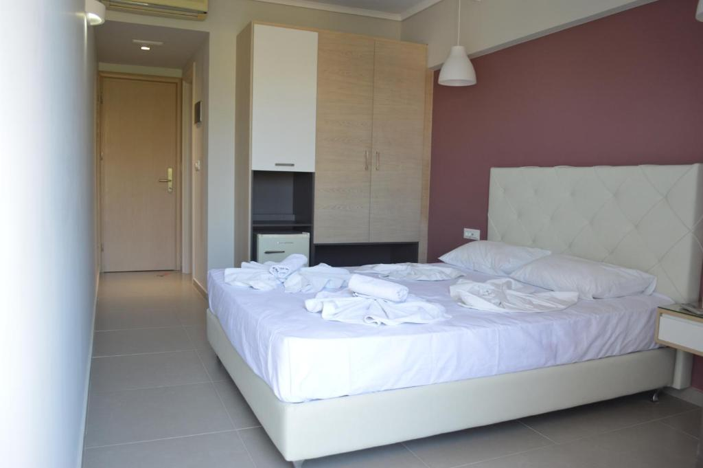 A bed or beds in a room at Catherine Hotel
