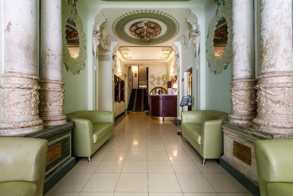 Лобби или стойка регистрации в Гостиница Бристоль-Жигули
